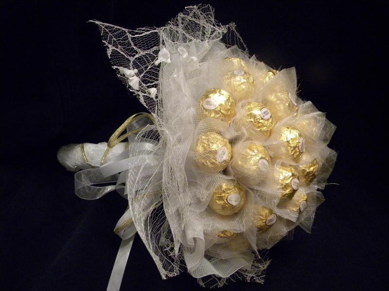Букеты из конфет и фатина